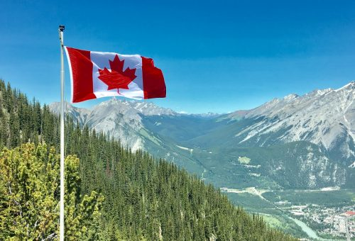 canadian-economy-risk-warns-central-bank.jpg